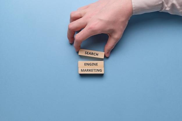 Sem de marketing en buscadores sobre bloques de madera.