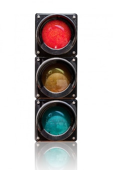 Semáforo aislado sobre fondo blanco con ruta