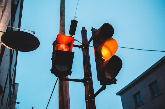 Semáforo amarillo en la noche