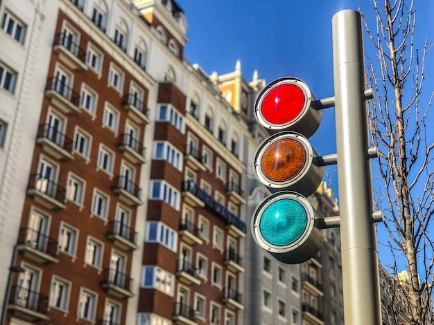 Semáforo brillante en el centro de la ciudad