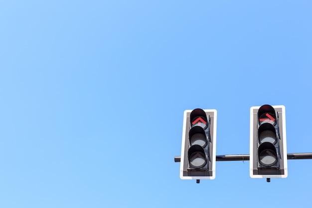 Semáforo con luz roja contra el cielo azul.