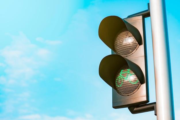 Semáforo de luz verde con cielo en el fondo.