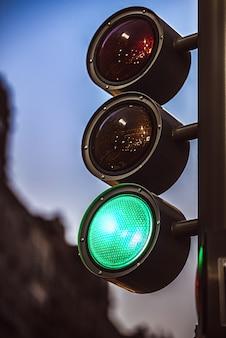 Semáforo moderno que muestra color verde