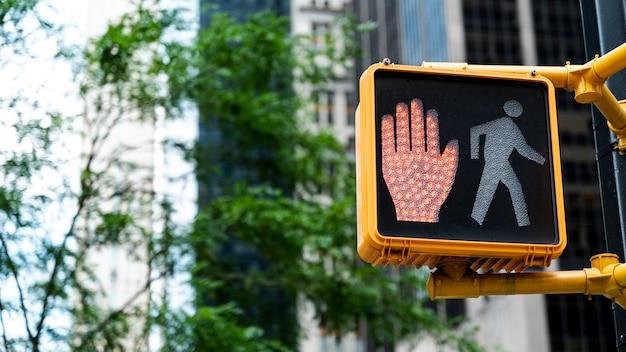 Semáforo en rojo en la ciudad