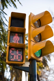 Semáforo rojo para peatones con cuenta atrás.