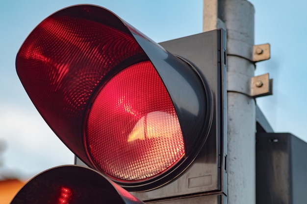 Semáforo en rojo. señalización vial para intersección y control para transporte.