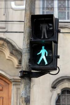 Semáforo sobre verde para peatones.