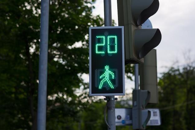 Semáforo verde peatonal temporizador