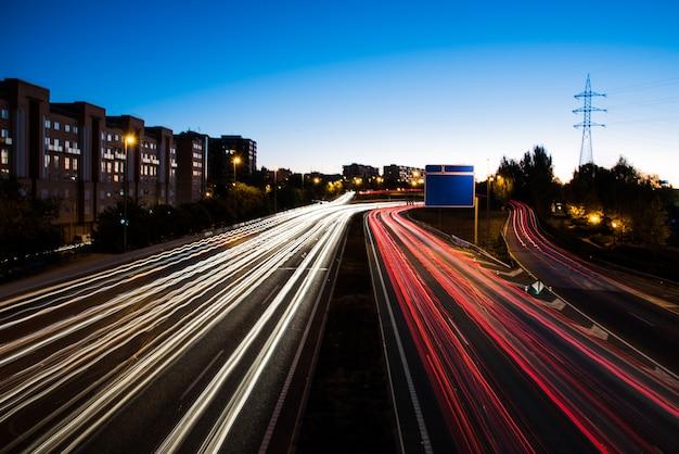 Semáforos en la noche en carretera