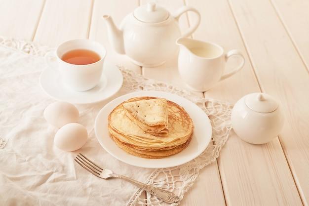 Semana de los panqueques: panqueques con miel y té sobre la mesa