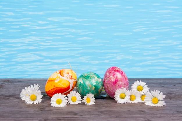Semana santa en piscina, bienestar y relax. fondo de huevos y agua para fiesta y spa