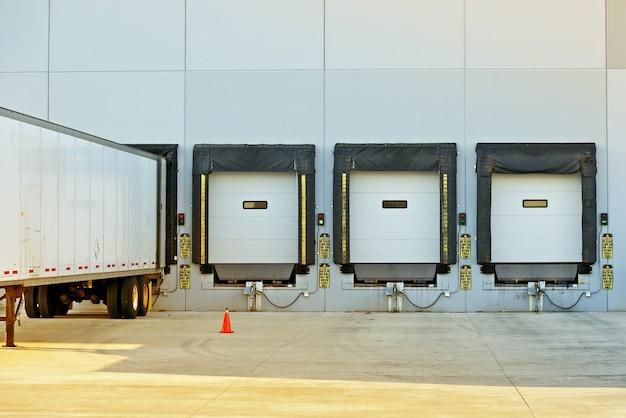 Semi camión y almacén
