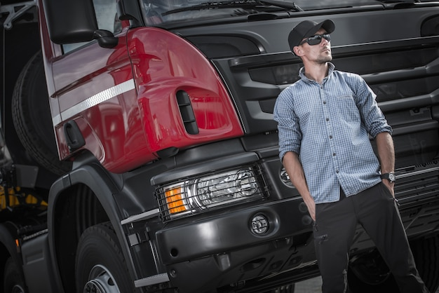 Semi camión caucásico conductor