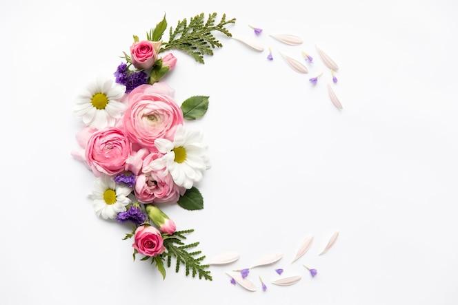 Semicírculo de flores variadas