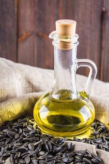 Semilla y aceites de girasol en la tabla de madera.