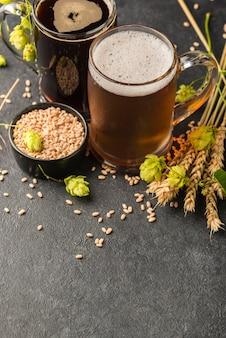 Semillas de alto ángulo y jarras de cerveza