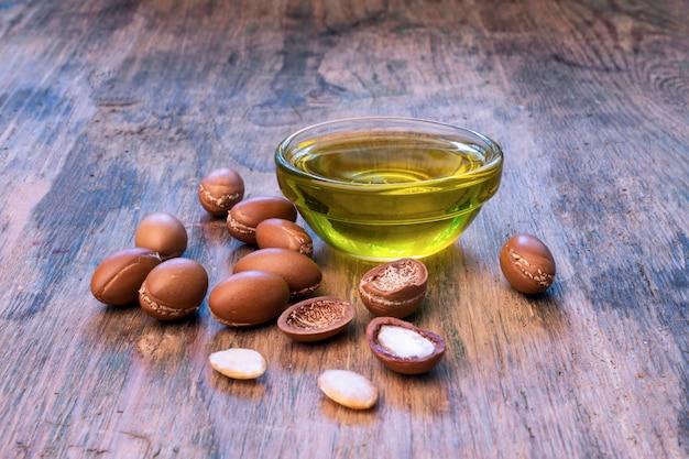 Semillas de argán en un fondo de madera. aceite de argán y argán