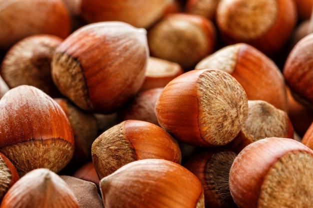 Semillas de avellanas sin cáscara secas de nueces enteras como