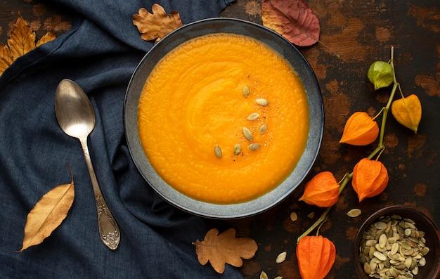 Semillas de calabaza de comida de otoño en sopa