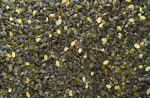 Semillas de calabaza esparcidas sobre tabla de piedra