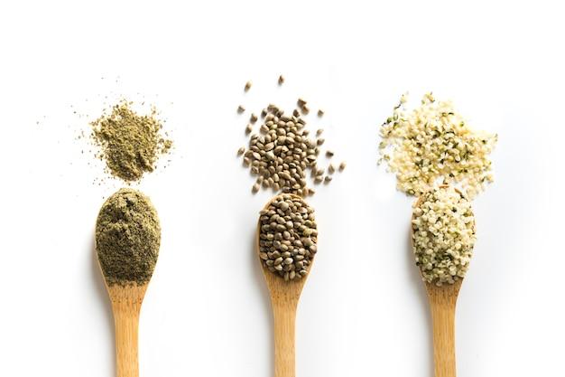 Semillas de cáñamo secas orgánicas, harina, granos en cuchara de madera. vista desde arriba.