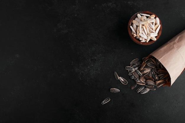Semillas de girasol en blanco y negro, vista superior.