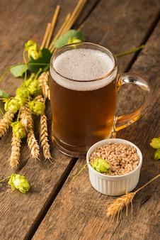 Semillas y jarra de cerveza rubia de ángulo alto