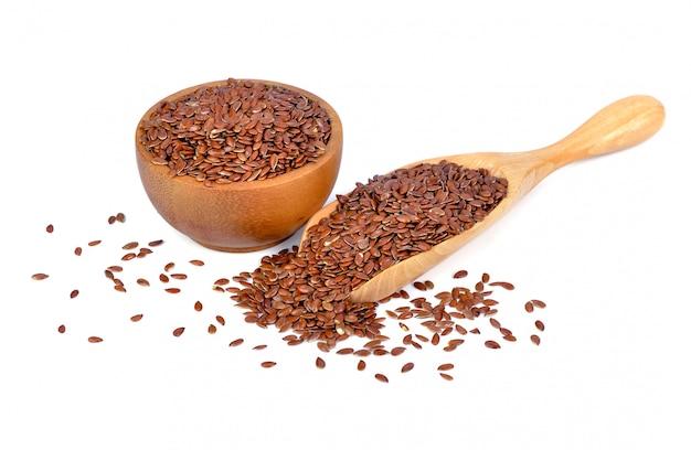 Semillas de lino marrón aisladas en blanco