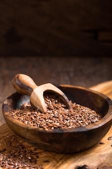 Semillas de lino o línea en un tazón en la mesa de madera