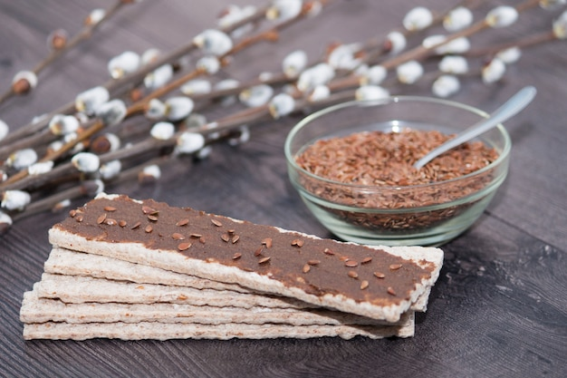 Semillas de lino urbech - dieta vegana cruda. pasta dagestani tradicional. superalimento, merienda saludable.