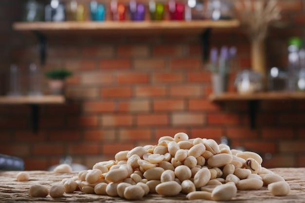 Semillas de maní sobre un fondo de madera en la cocina.