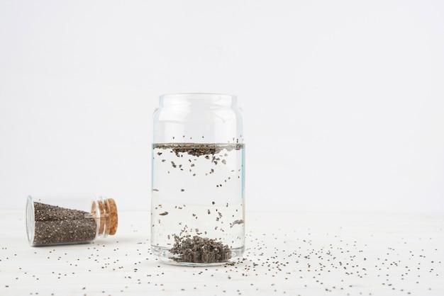 Semillas naturales en agua diseño minimalista