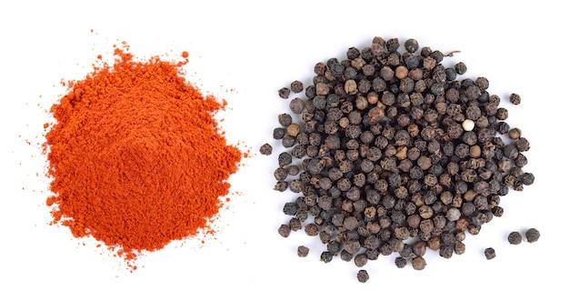 Semillas de pimienta negra y pimiento rojo seco en polvo