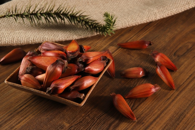 Semillas típicas de araucaria utilizadas como condimento en la cocina brasileña en invierno. piñón brasileño de vista superior en mesa de madera.