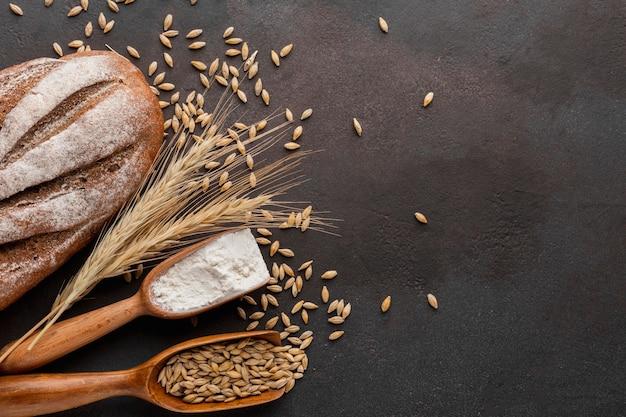 Semillas de trigo y pan horneado