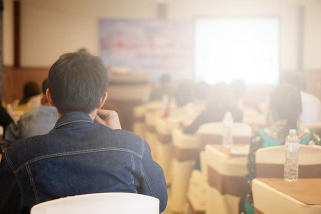 Seminario de conocimiento de capacitación y conferencia de reunión de negocios con pantalla de proyector