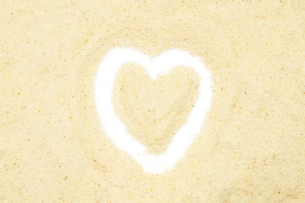 Sémola, en forma de corazón, aislada, de cerca, macro, vista desde arriba.