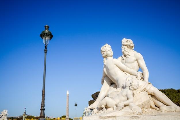 El sena y la estatua de marne en el jardín de las tullerías, parís