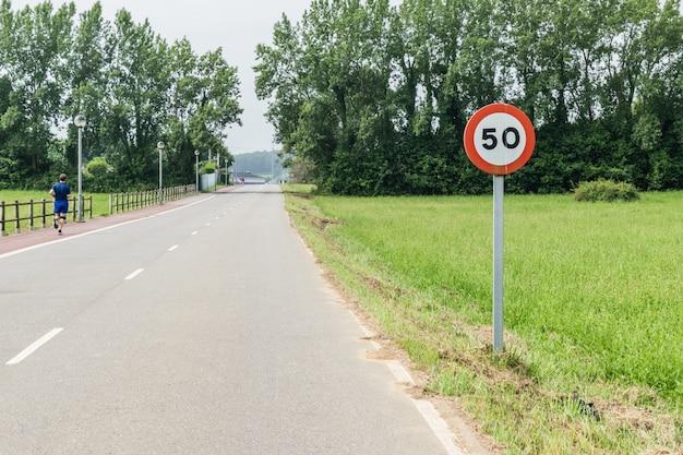 Señal de 50 kilómetros por hora.