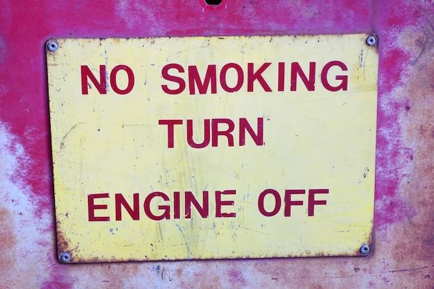 Señal de advertencia en la gasolinera decir