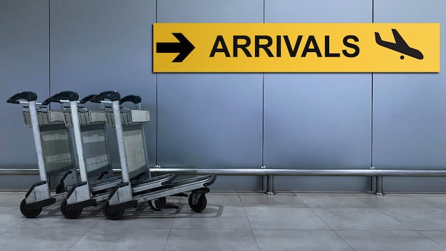 Señal del aeropuerto para el directorio de terminales de llegadas dentro del edificio.