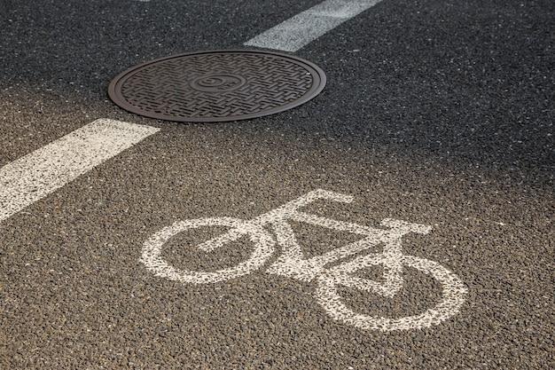 Señal de bicicleta en carretera de asfalto