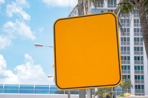 Señal de carretera amarilla en blanco