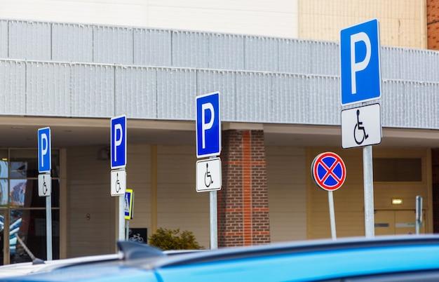 Señal de carretera estacionamiento para discapacitados