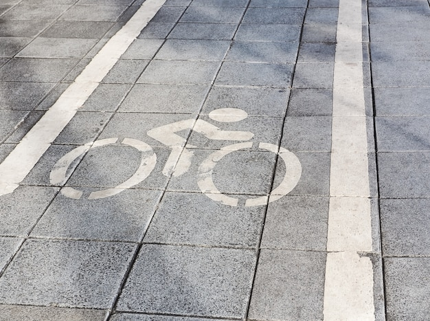 Señal de carretera marcas para bicicletas en carretera. carril bici con señales de tráfico en el asfalto.