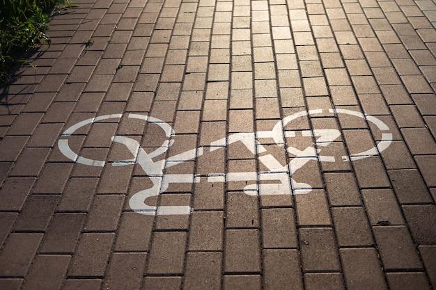Señal de carril bici al atardecer
