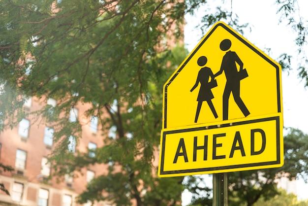 Señal de cruce de peatones con fondo borroso