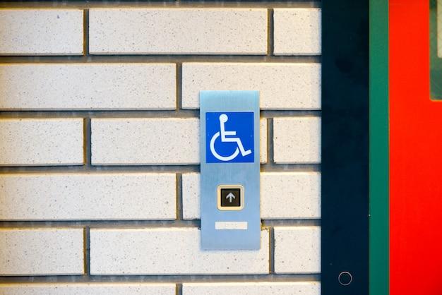 Señal de discapacitados en el ascensor