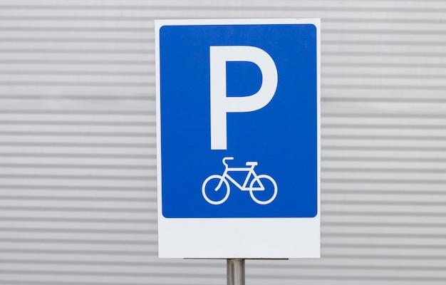 Señal de estacionamiento de bicicletas que muestra el espacio de estacionamiento para bicicletas en el parque público