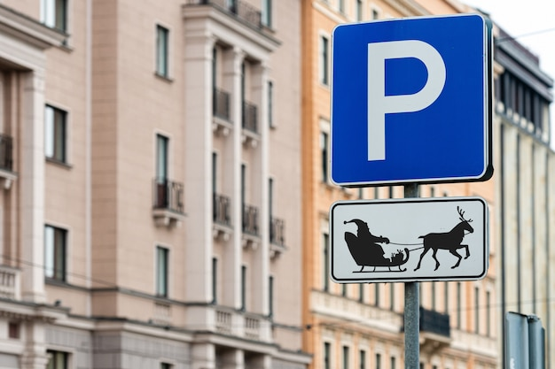 Una señal de estacionamiento para renos de santa y trineo